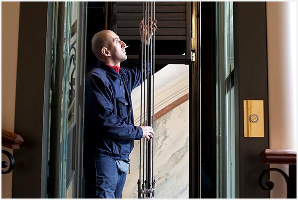 Technik serwisujący windę
