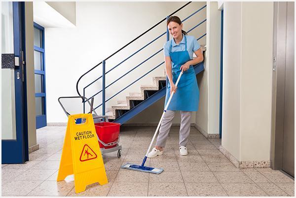 Kobieta sprzątająca korytarz